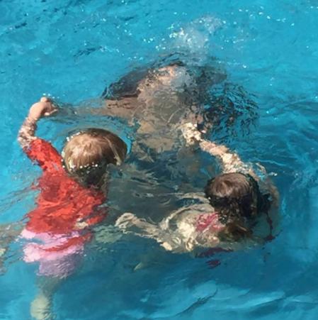 piscina-verano-familia