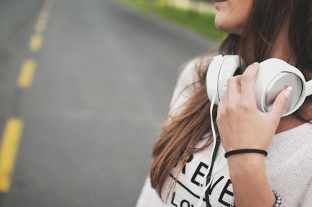 niña-escuchando-musica